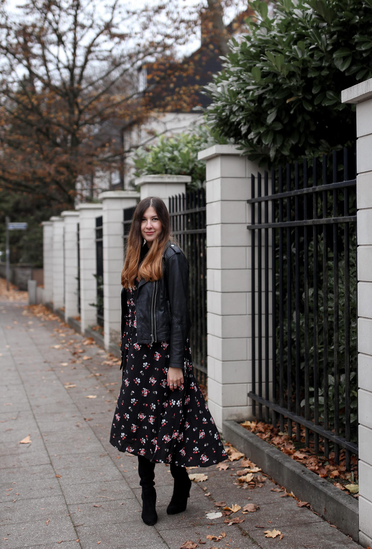 outfit, midikleid, asos, blümchen, lederjacke, top 10 fashionblog, deutschland, germany, streetstyle